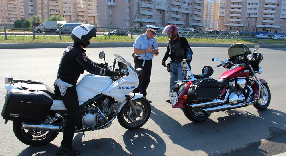 Проверка документов у мотоциклиста