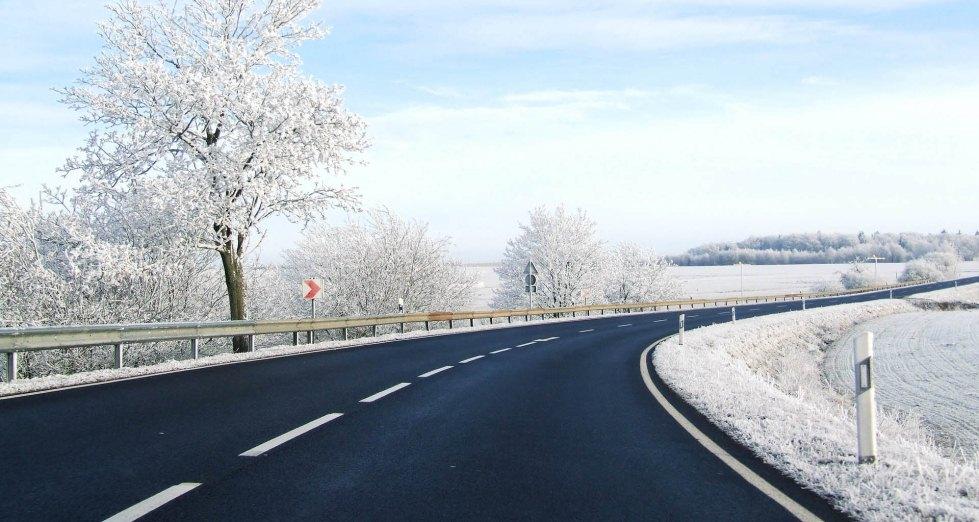Разделительная полоса на зимней дороге