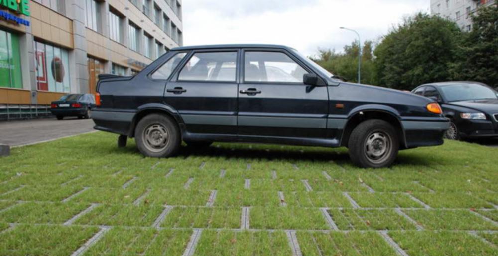 Стоянка автомобиля на газоне